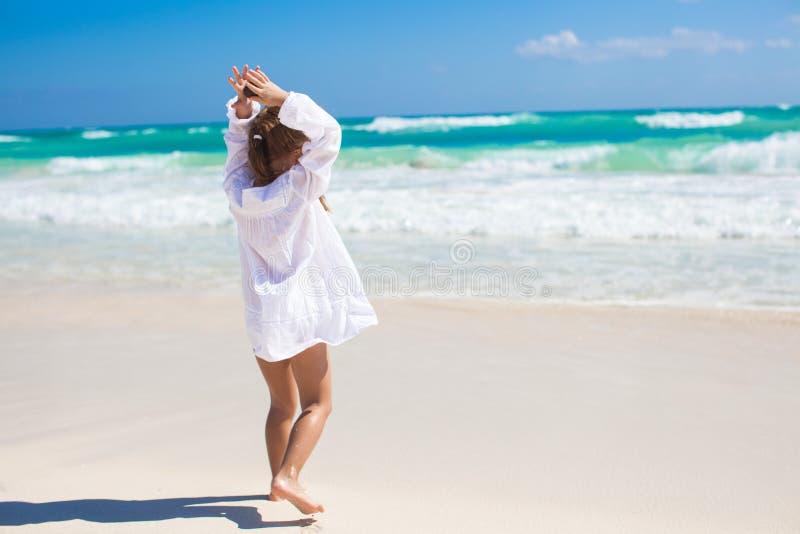 Aanbiddelijk meisje die op een exotisch wit dansen stock foto