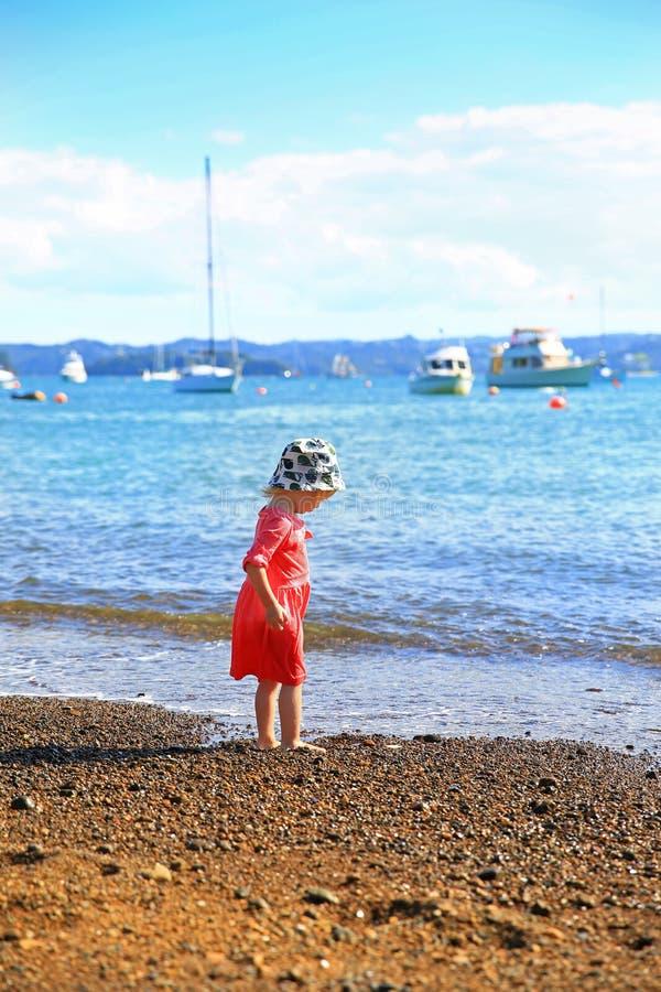 Aanbiddelijk meisje die in roze kleding op Strand van Russell lopen stock foto