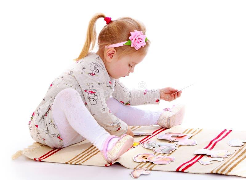 Aanbiddelijk meisje in een heldere katoenen kleding stock afbeelding