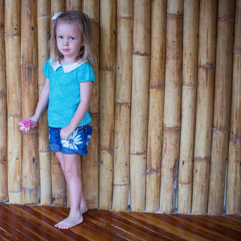 Aanbiddelijk meisje in exotische tropische toevlucht stock foto's