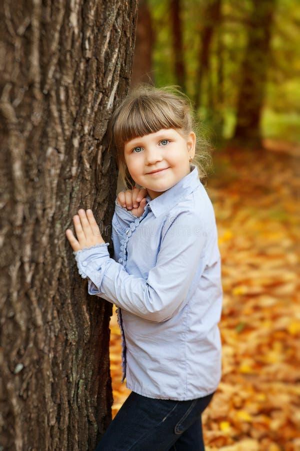 Aanbiddelijk meisje in het schoonheidspark stock foto's