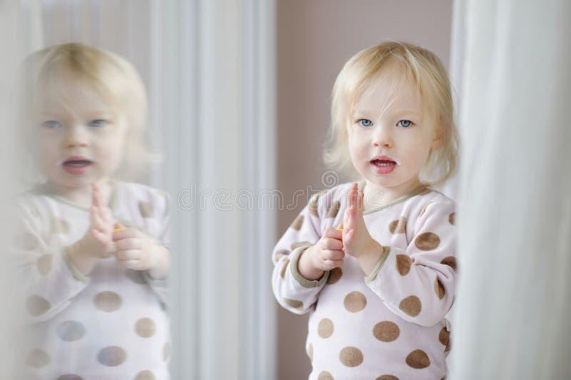 Aanbiddelijk meisje met melksnor royalty-vrije stock foto's
