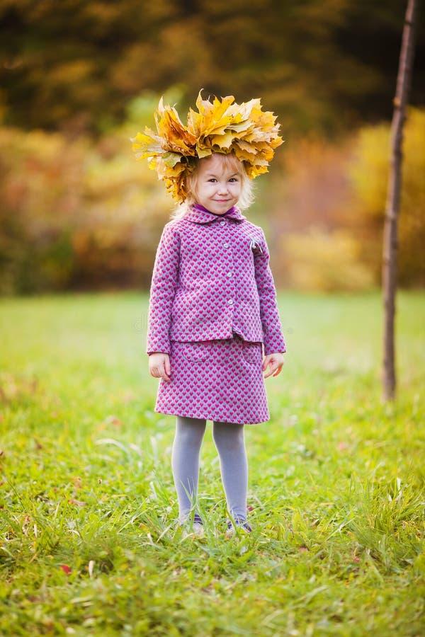 Aanbiddelijk meisje op mooie de herfstdag royalty-vrije stock foto
