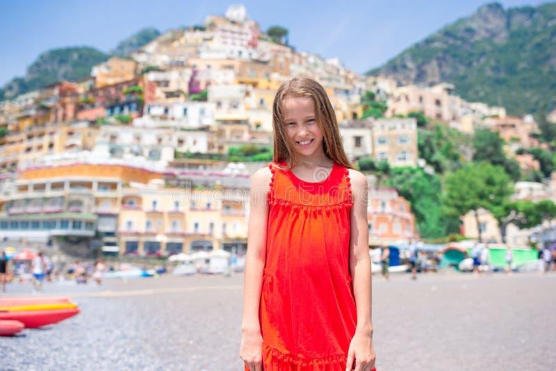 Aanbiddelijk meisje op warme en zonnige de zomerdag in Positano-stad in Itali? royalty-vrije stock afbeeldingen