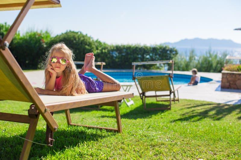 Aanbiddelijk meisje in openlucht op strandlanterfanter royalty-vrije stock foto