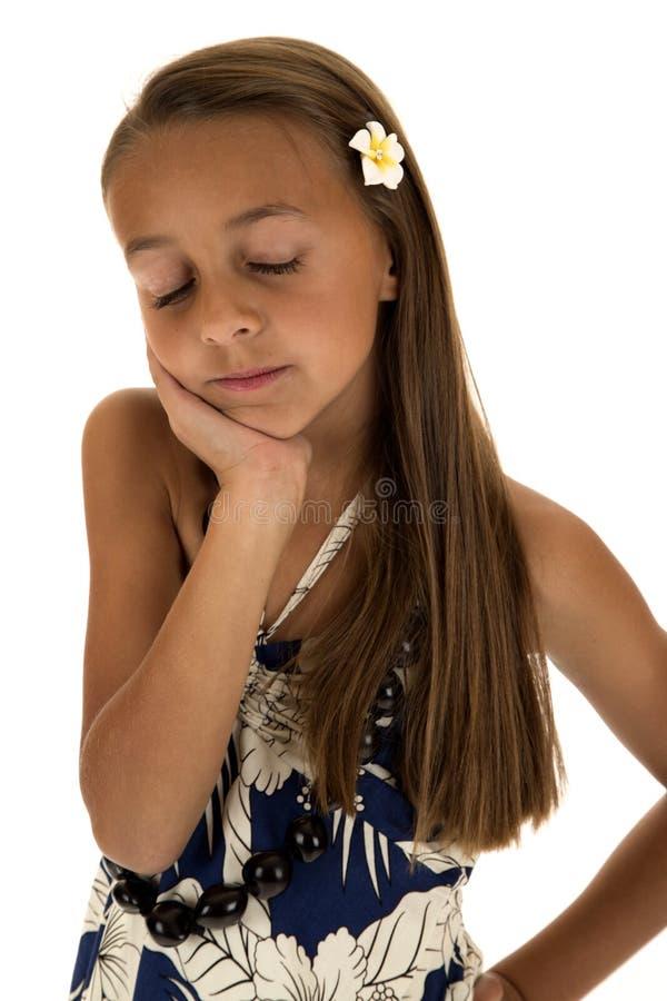 Aanbiddelijk tan meisje die eilandkleding het dromen dragen stock foto's