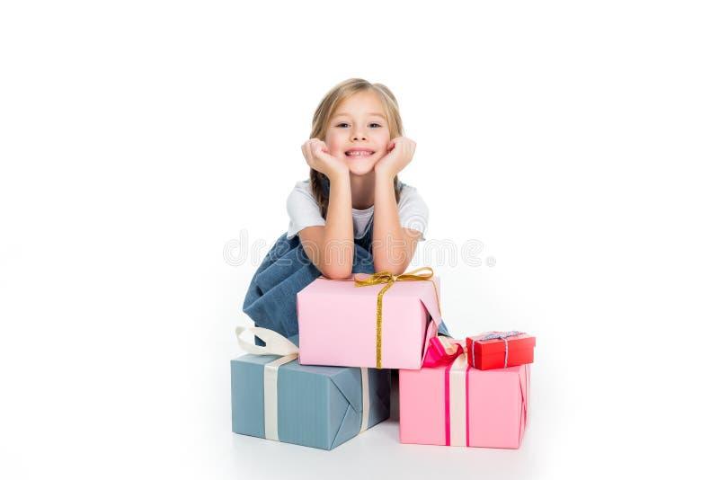 aanbiddelijk vrolijk kind met giftdozen, stock foto's
