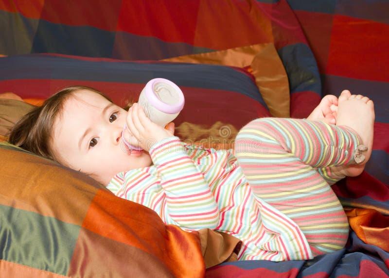 Aanbiddelijk weinig babymeisje met fles stock fotografie