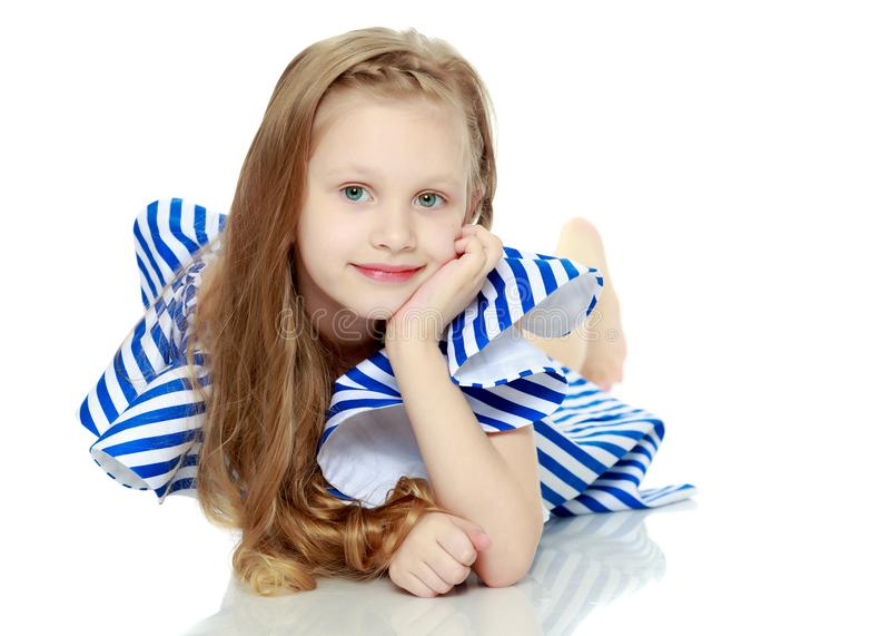 Aanbiddelijk weinig blond meisje in zeer korte de zomer gestreepte kleding Sh royalty-vrije stock foto's