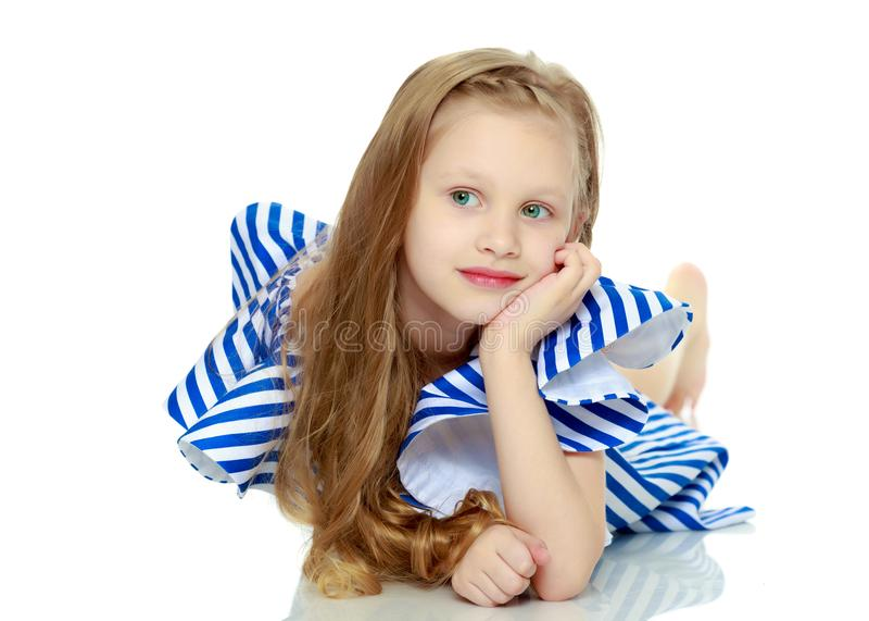 Aanbiddelijk weinig blond meisje in zeer korte de zomer gestreepte kleding Sh stock foto's