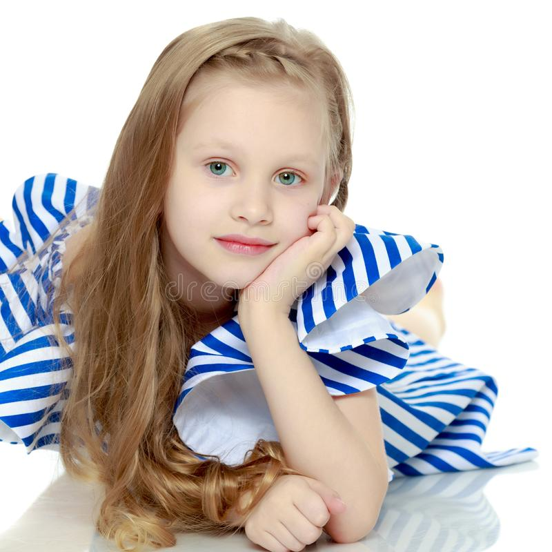 Aanbiddelijk weinig blond meisje in zeer korte de zomer gestreepte kleding Sh stock foto