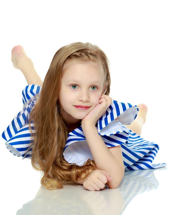 Aanbiddelijk weinig blond meisje in zeer korte de zomer gestreepte kleding Sh royalty-vrije stock afbeelding