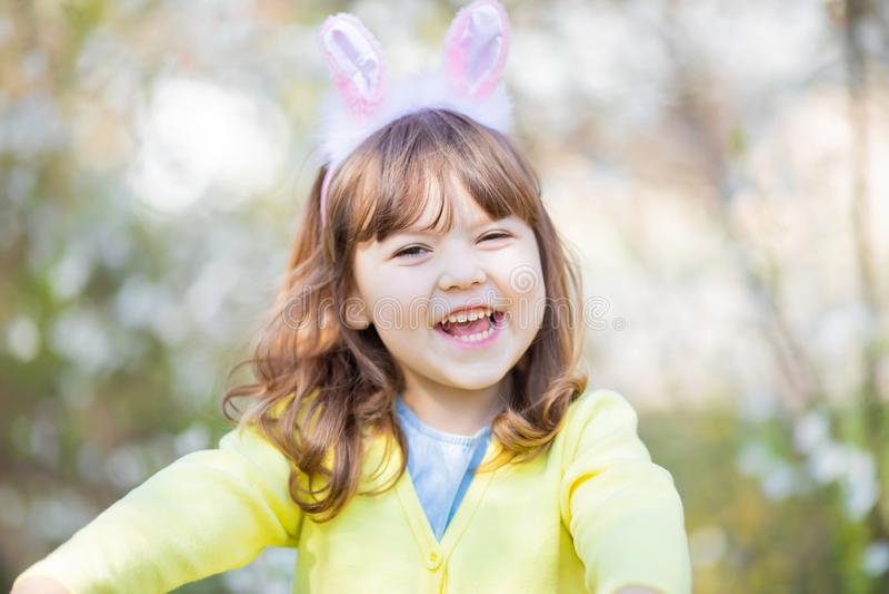 Aanbiddelijk weinig grappig konijntjesmeisje stock fotografie