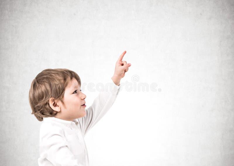 Aanbiddelijk weinig jongen die benadrukken stock fotografie