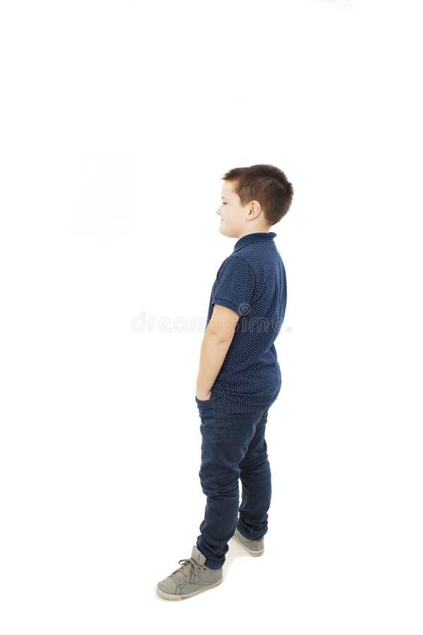 Aanbiddelijk weinig jongen die muur bekijken Achter mening royalty-vrije stock foto