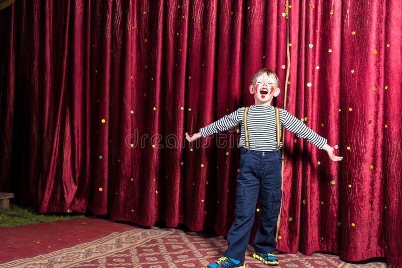 Aanbiddelijk weinig jongen die op stadium tijdens een spel zingen royalty-vrije stock afbeeldingen