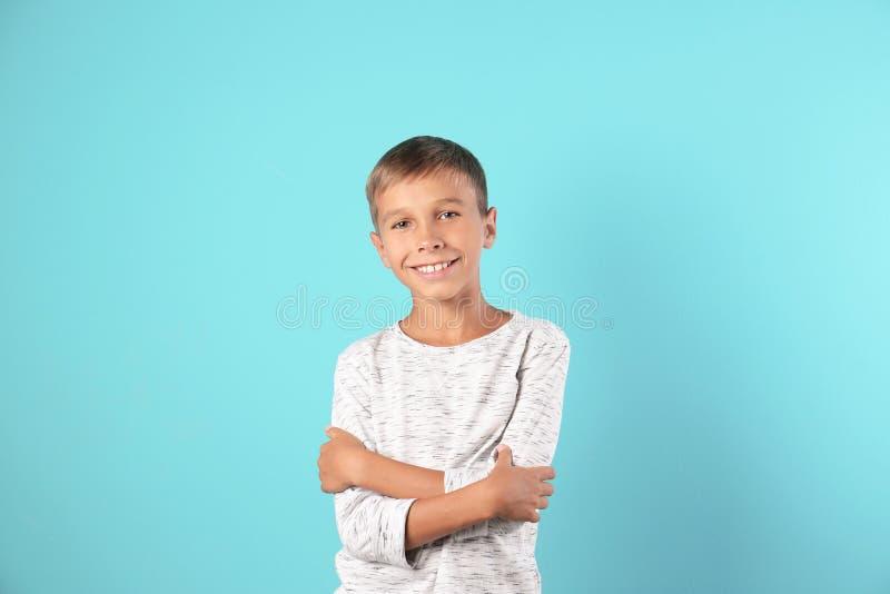 Aanbiddelijk weinig jongen in vrijetijdskleding royalty-vrije stock afbeeldingen