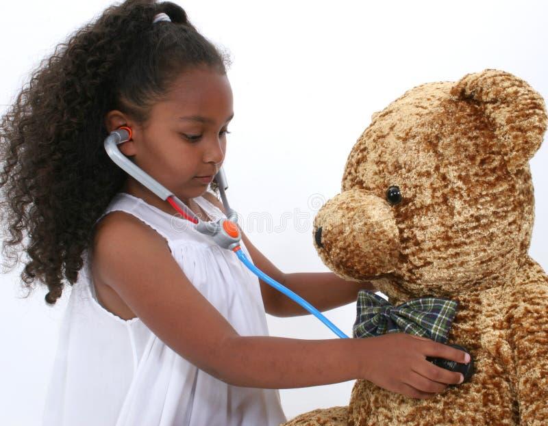 Aanbiddelijk Weinig SpeelArts aan een Teddybeer over Wit royalty-vrije stock fotografie
