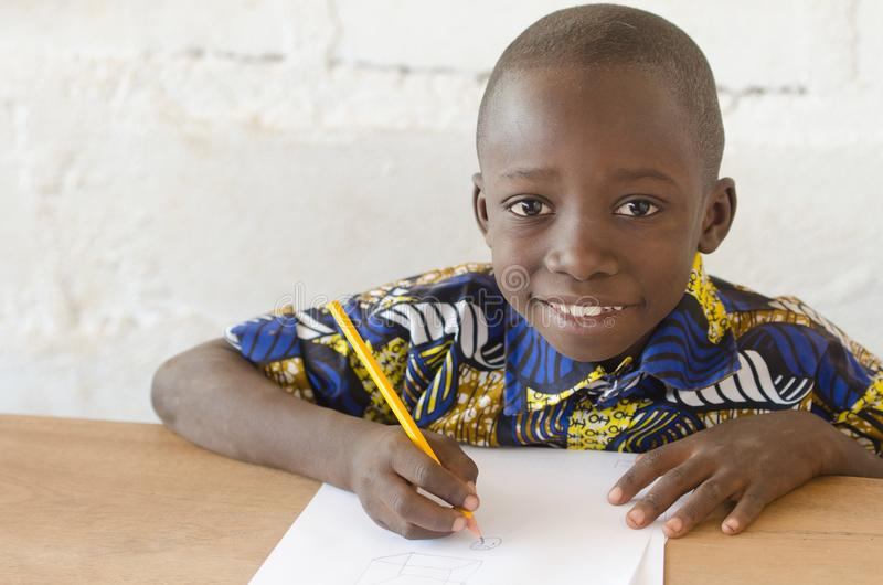 Aanbiddelijke Afrikaanse Jongen die op School Camera met Exemplaarruimte bekijken stock foto's