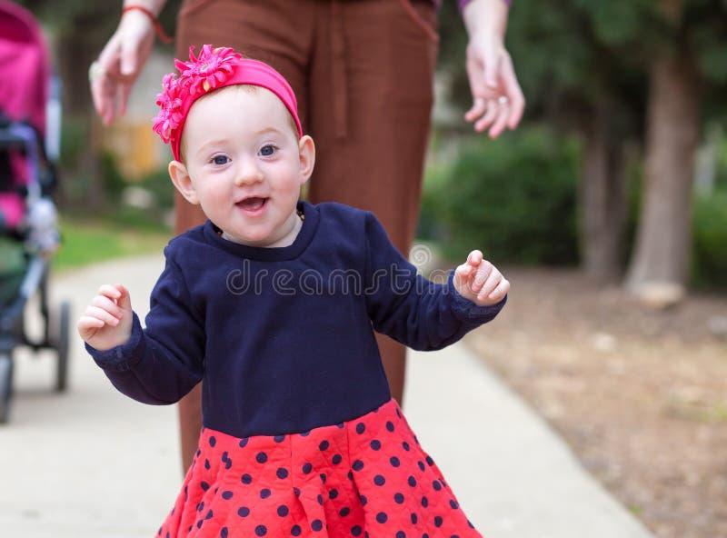 Aanbiddelijke baby die eerste maatregelen treffen stock foto's
