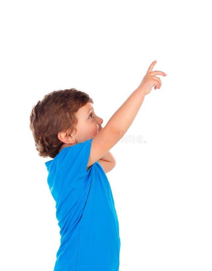 Aanbiddelijke baby die met rood overhemd met zijn vinger richten royalty-vrije stock foto