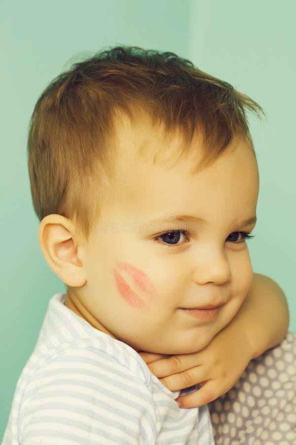 Aanbiddelijke baby met kusspoor stock fotografie