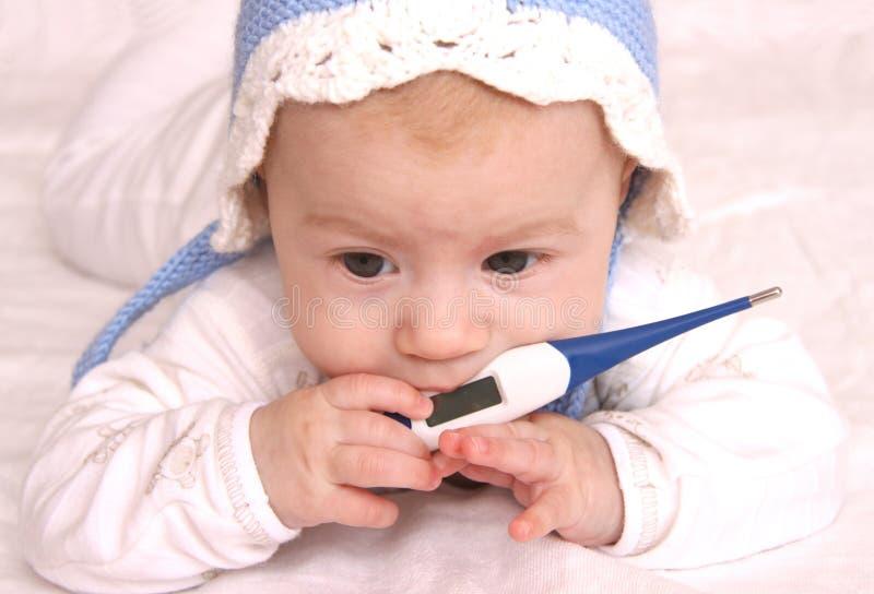 Aanbiddelijke baby met thermometer royalty-vrije stock afbeelding