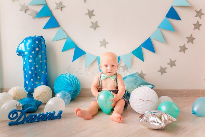 Aanbiddelijke babyjongen die zijn eerste verjaardag vieren Ineenstortingscake royalty-vrije stock foto