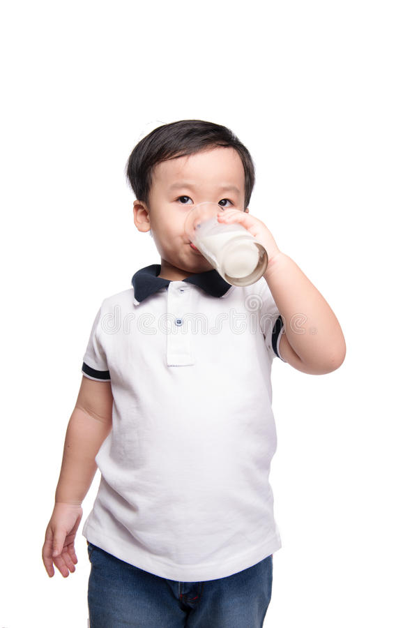 Aanbiddelijke babyjongen met consumptiemelk met de holdingsglas van de melksnor melk royalty-vrije stock foto's