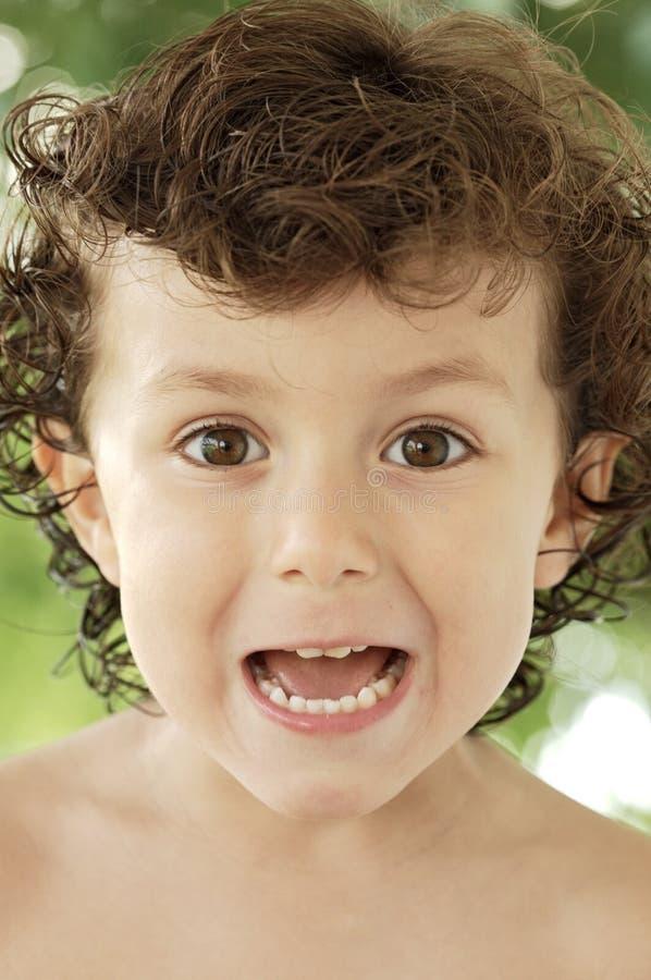 Aanbiddelijke gelukkige jongen die onbeduidendheden maakt royalty-vrije stock foto
