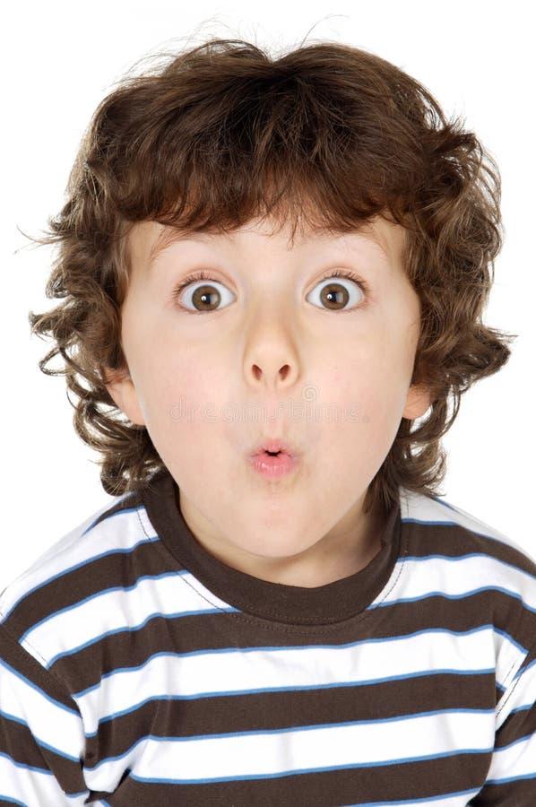 Aanbiddelijke gelukkige jongen die onbeduidendheden maakt stock afbeeldingen