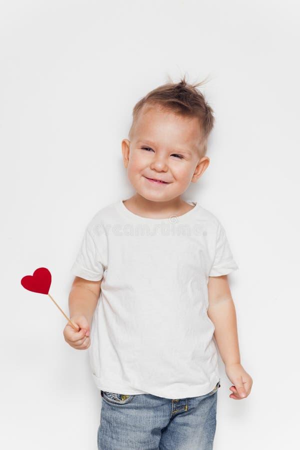 Aanbiddelijke gelukkige jongen met een hartvorm stock afbeeldingen