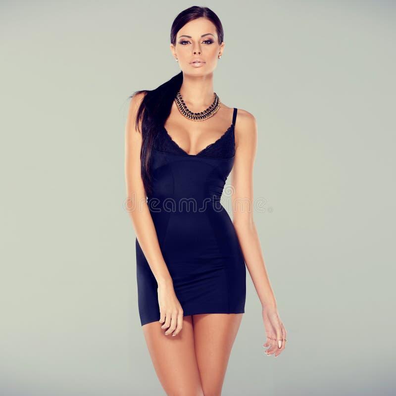 Aanbiddelijke glamourvrouw in sexy kleding stock afbeelding