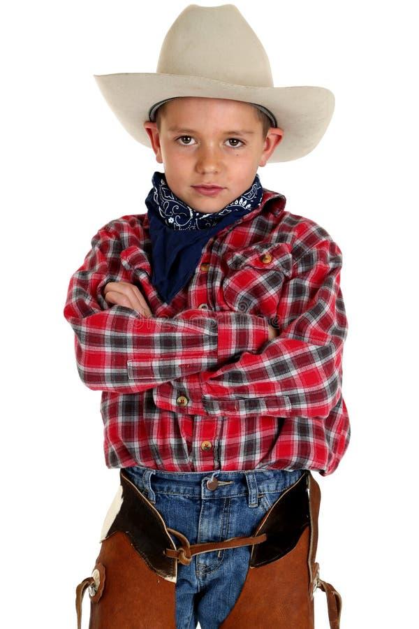 Aanbiddelijke jonge cowboy die gevouwen camerawapens bekijken royalty-vrije stock afbeeldingen