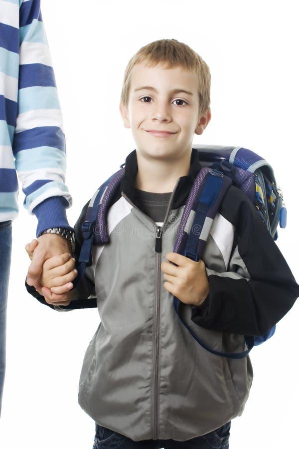 Aanbiddelijke jonge jongen die naar school met zijn vader gaat stock foto