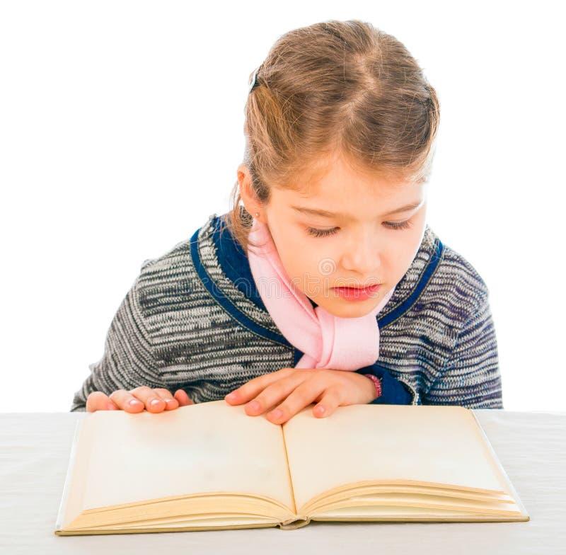 Aanbiddelijke jonge meisjeslezing stock afbeeldingen