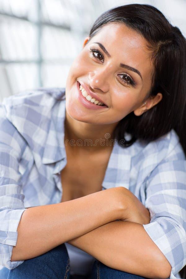Download Aanbiddelijke jonge vrouw stock foto. Afbeelding bestaande uit onbezorgd - 39102532