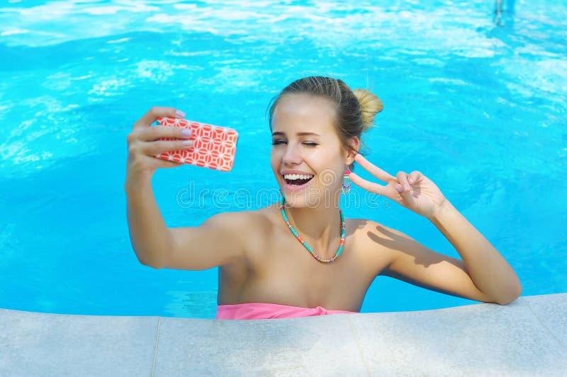Aanbiddelijke jonge vrouw die het knipogen selfie foto nemen royalty-vrije stock foto's