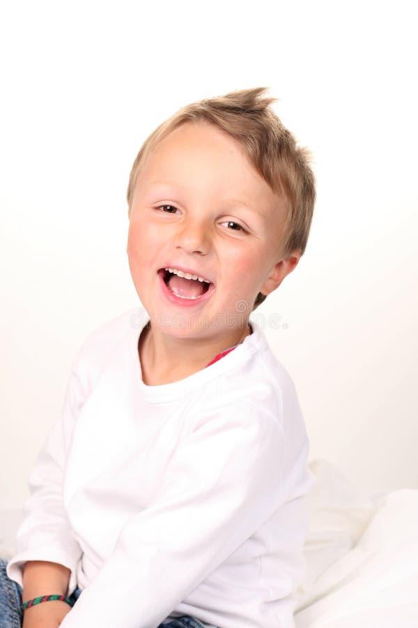 Aanbiddelijke jongen die grote glimlach maakt royalty-vrije stock afbeeldingen