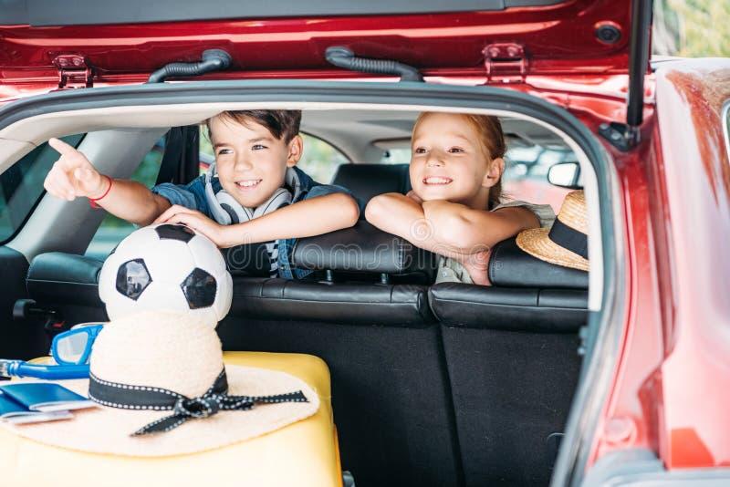 aanbiddelijke kleine jonge geitjes in auto het gaan stock fotografie