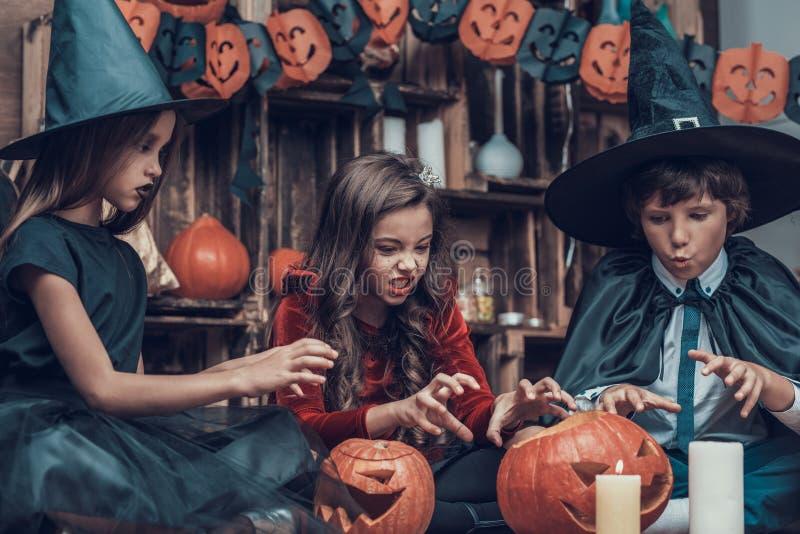 Aanbiddelijke Kleine Kinderen in Halloween-Kostuums royalty-vrije stock foto