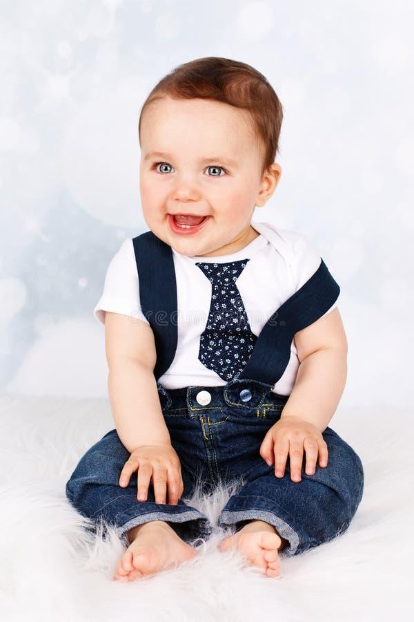 Aanbiddelijke lachende baby met steunen en band royalty-vrije stock afbeeldingen