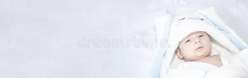 Aanbiddelijke leuke pasgeboren babyjongen op witte achtergrond Het mooie kind droeg een konijnkostuum met lange oren Vakantie, Pa royalty-vrije stock fotografie