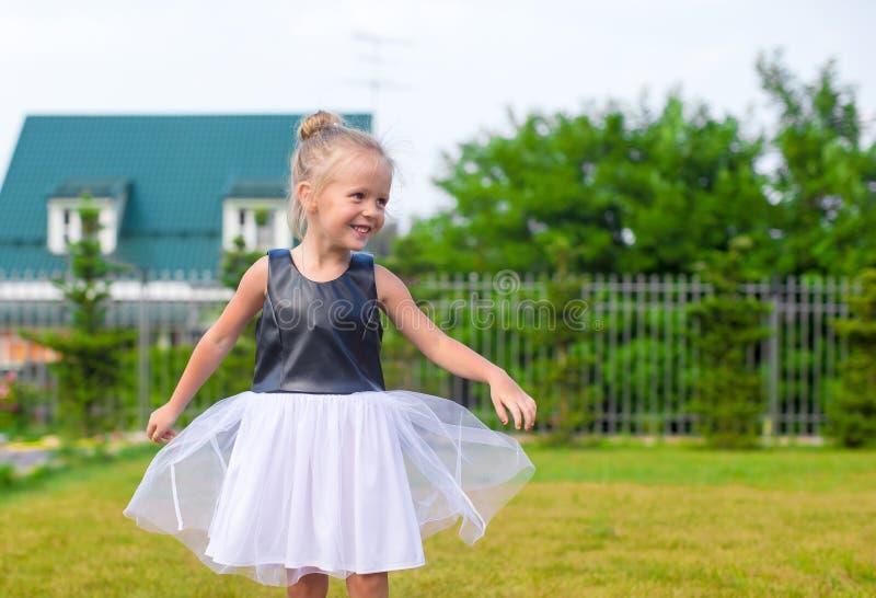 Aanbiddelijke meisje gelukkige openlucht in de zomertijd royalty-vrije stock afbeeldingen