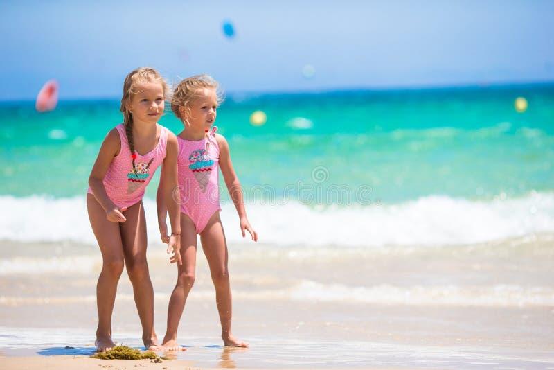 Aanbiddelijke meisjes die pret hebben tijdens strand royalty-vrije stock foto's