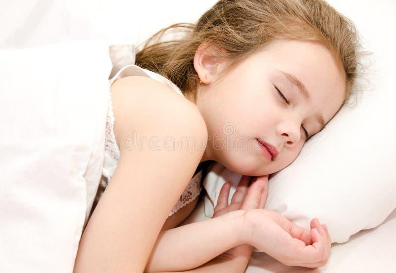 Aanbiddelijke meisjeslaap in bed royalty-vrije stock afbeeldingen