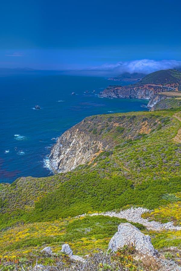 Aanbiddelijke Mening van Kustlijn in Grote Sur, Californië, Verenigde Staten stock foto's