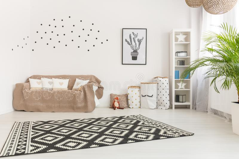 Aanbiddelijke minimalistic babyruimte stock foto