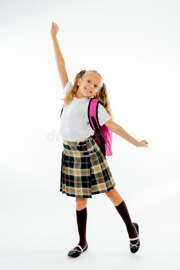 Aanbiddelijke mooi weinig schoolmeisje met groot roze opgewekt schooltasgevoel en het gelukkige die zijn terug naar school op wit royalty-vrije stock fotografie