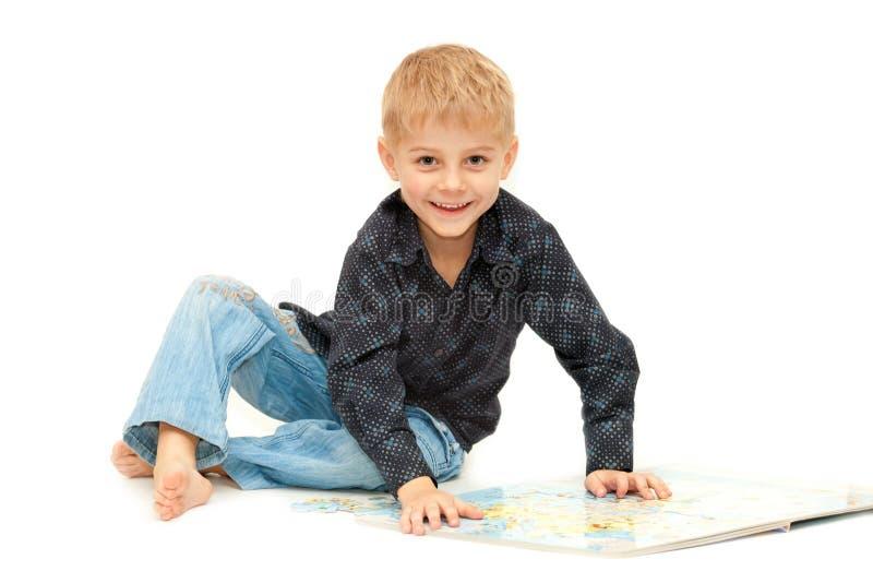 Aanbiddelijke oude jongen van vier jaar stock foto